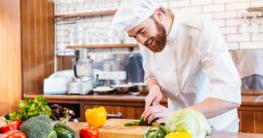 Küchenchef bereitet frisches essen zu