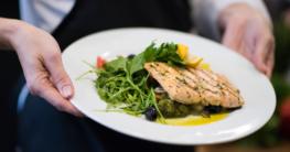 Fischgericht vom Kellner im Edelrestaurant serviert - Jetzt Fischmesser auf Gastronomie-MV.de kaufen